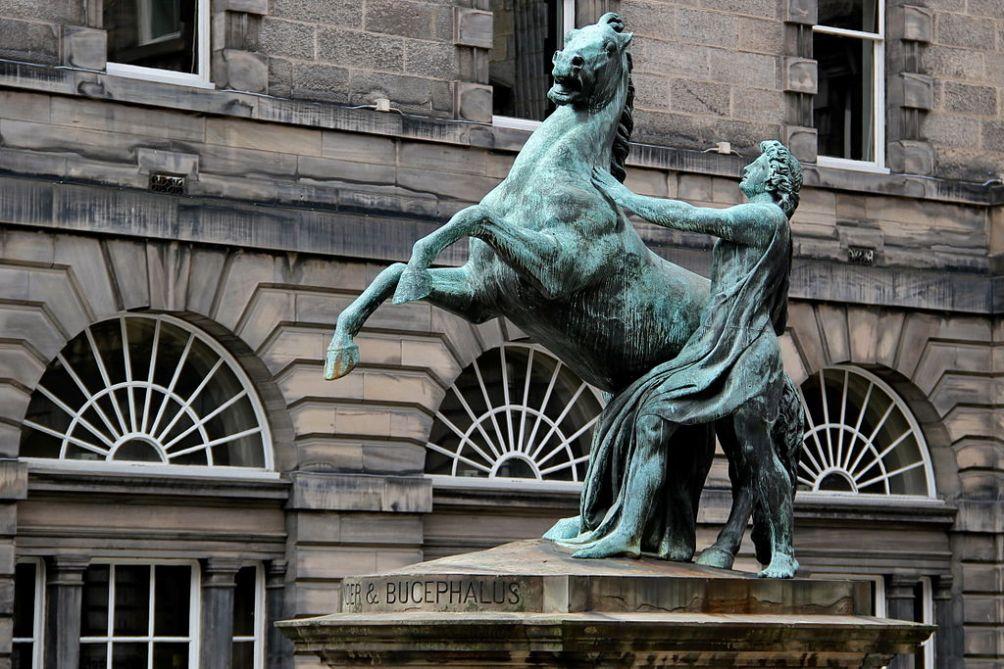 Standbeeld van Alexander de Grote met zijn paard Bucephalus in Edinburgh. (foto: Wikimedia)