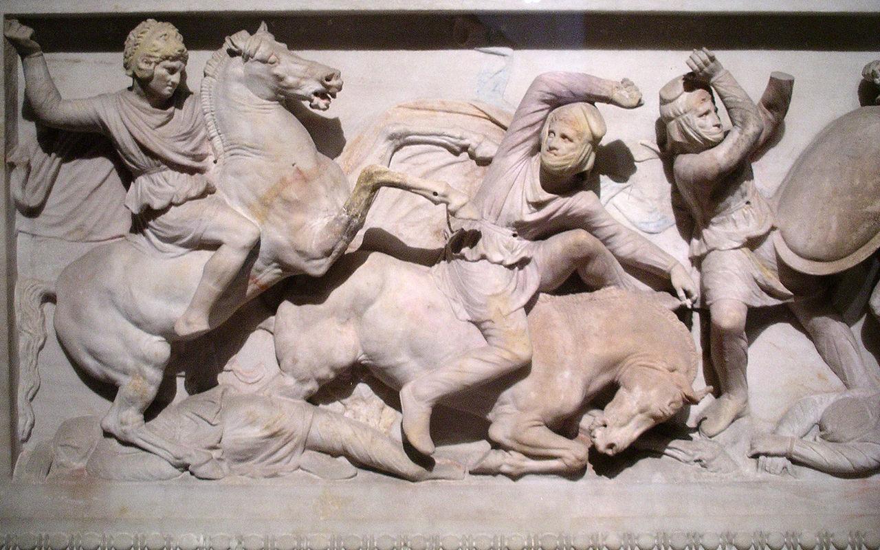 Detail van de zogenoemde Alexander sarcofaag i uit de late 4e eeuw v.Chr., met een reliëf van Alexander de Grote. (collectie: Archeologisch museum Istanbul)