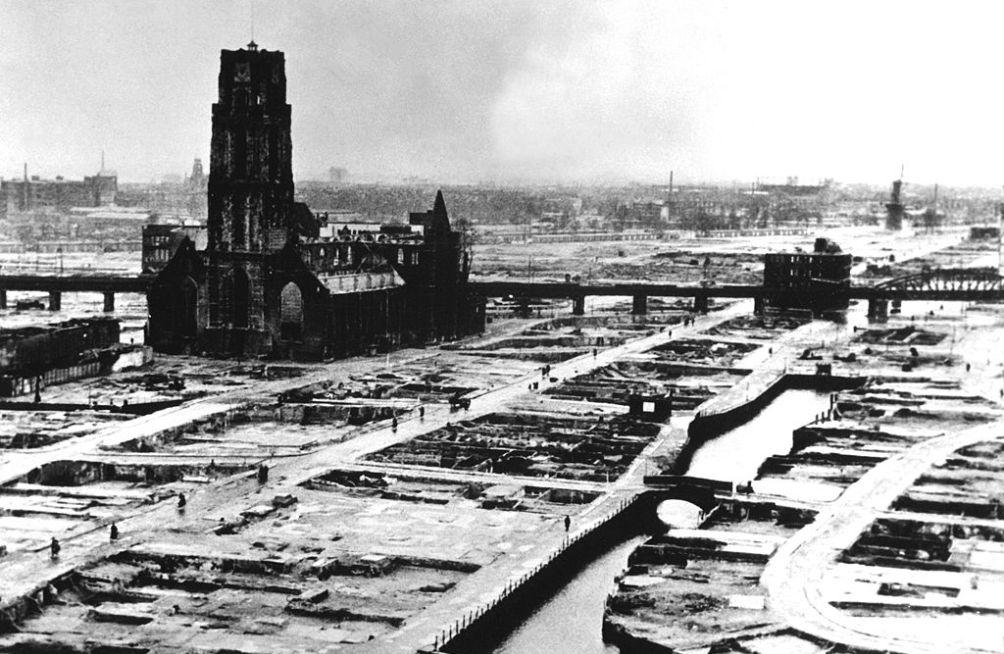 Rotterdam na het bombardement, met zicht op het restant van de Laurenskerk. (foto: Wikimedia)