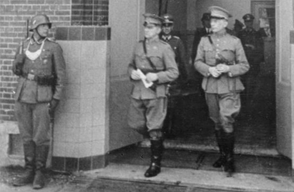 Generaal Winkelman verlaat op 15 mei 1940 het schoolgebouw in Rijsoord waar de capitulatie is getekend.