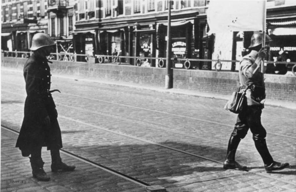 Nederlandse onderhandelaar in de Van der Takstraat op het door de Duitsers bezette Noordereiland in Rotterdam, 14 mei 1940 (foto: Wikimedia, Bundesarchive)