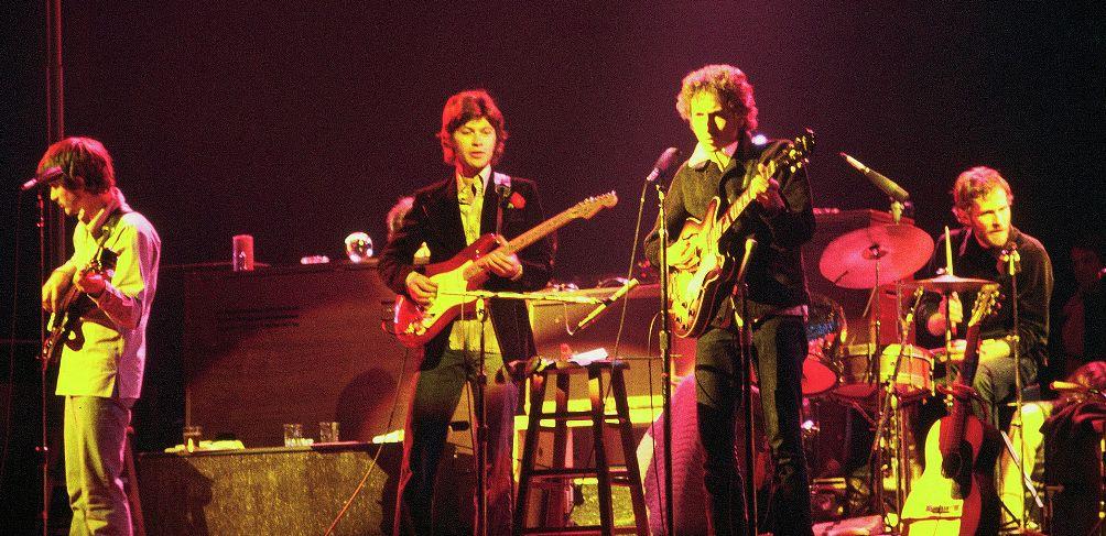 Bob Dylan and The Band op tour in Chicago, 1974. V.l.n.r.: Rick Danko (bas), Robbie Robertson (gitaar), Bob Dylan (gitaar) en Levon Helm (drum). (foto: Wikimedia)