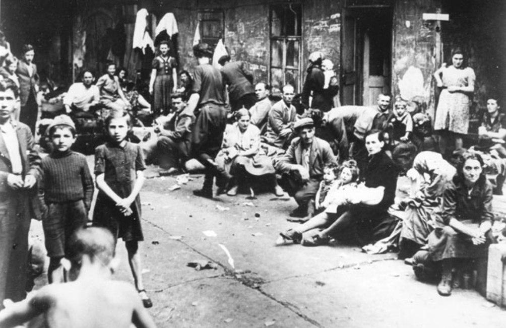 Joodse vluchtelingen in Kielce op 6 juli 1946. (foto: Wikimedia)