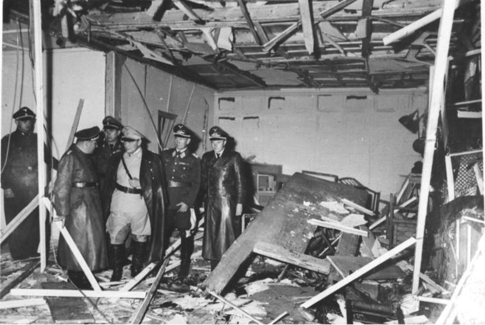 De schade na de mislukte moordaanslag door Claus von Stauffenberg in Hitler's bunker Wolfsschanze. Op de foto o.a. Herman Göring. (foto: Wikimedia)