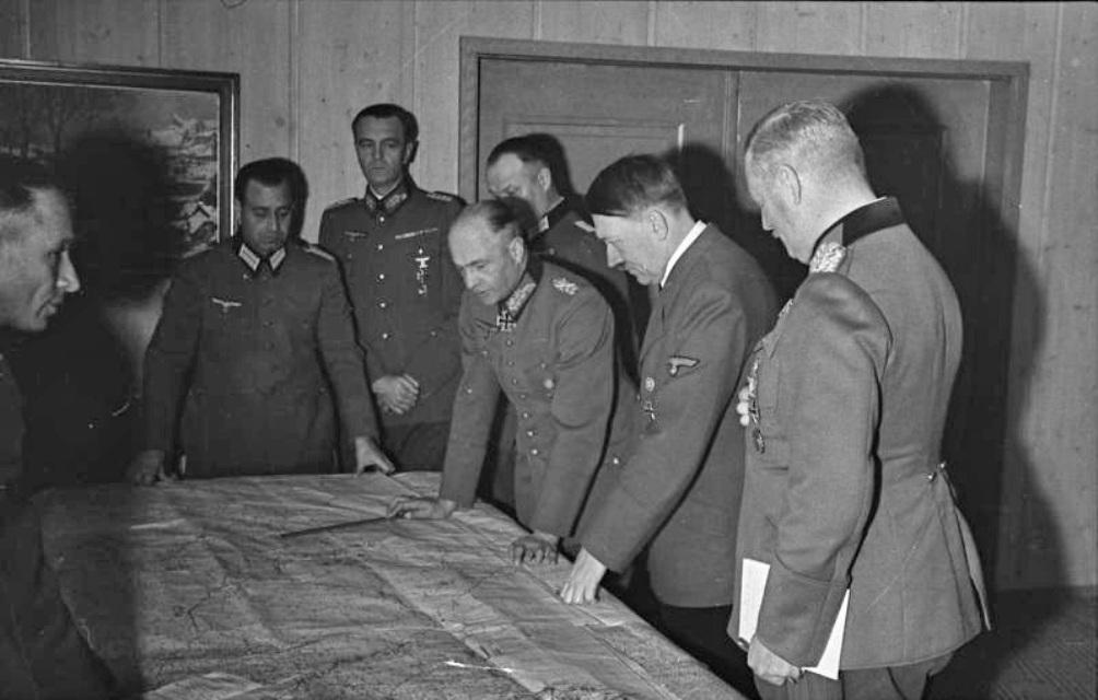 Hitler bekijkt de kaart met de generaals Keitel, Paulus en  Brauchitsch in oktober 1941. De Führer was vanuit militair-strategisch oogpunt bepaald geen hoogvlieger.  (Foto: Bundesarchiv)