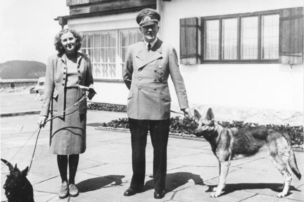 Hitler met zijn hond Blonde en Eva Braun.