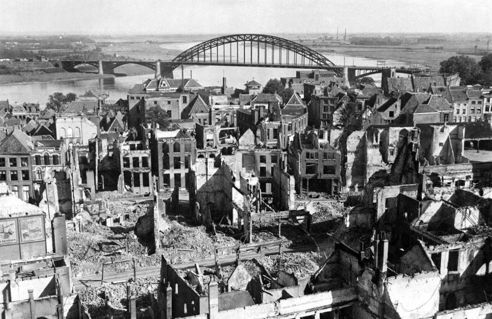 Het centrum van Nijmegen na zowel Duitse als geallieerde bombardementen (foto: Wikimedia)