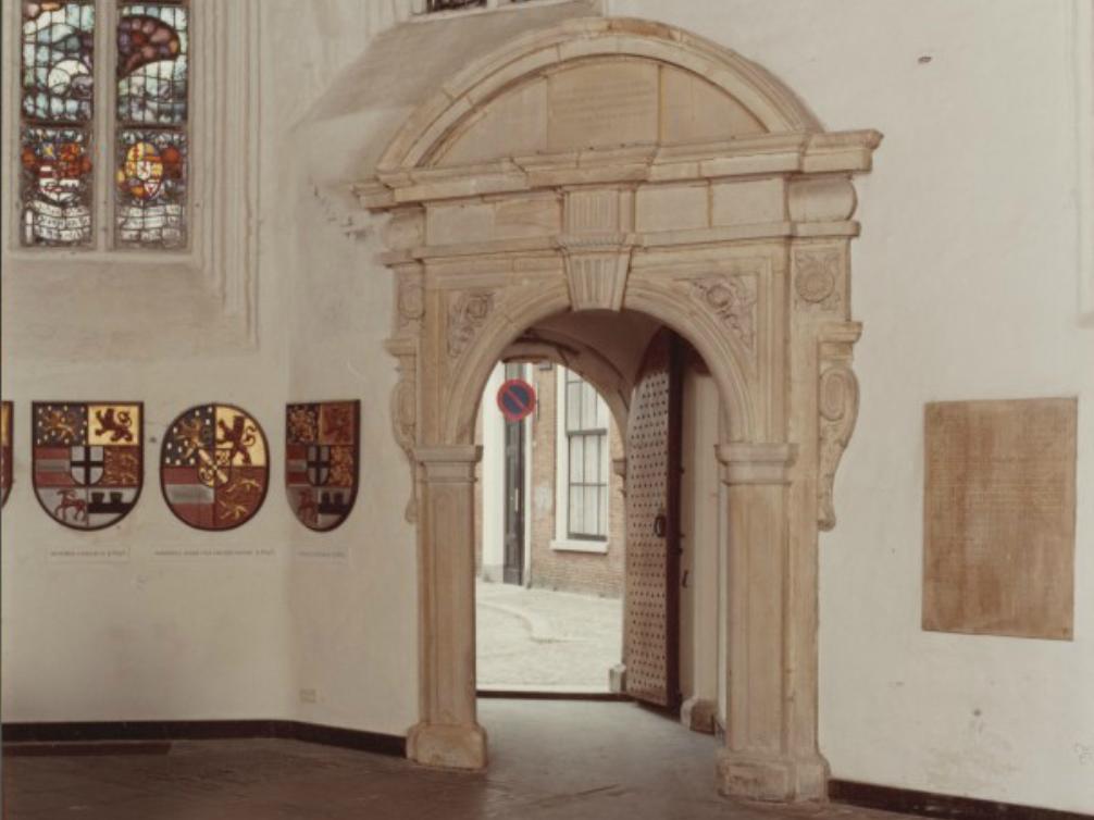 Leeuwarden. Interieur Grote of Jacobijnerkerk: portaal van het Oranjepoortje gezien vanuit de binnenzijde van het koor. Links enkele familiewapens van de Friese stadhouders. (foto: Nationaal Archief)