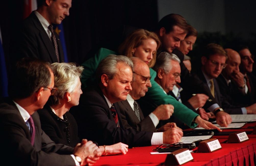 De ondertekening van het Dayton-verdrag op 14 december 1995 in Parijs. Met o.a. de presidenten Slobodan Milosevic, Alija Izetbegovic en Franjo Tudjman. Het verdrag maakte een einde aan de Bosnische oorlog. (Foto: Wikimedia)