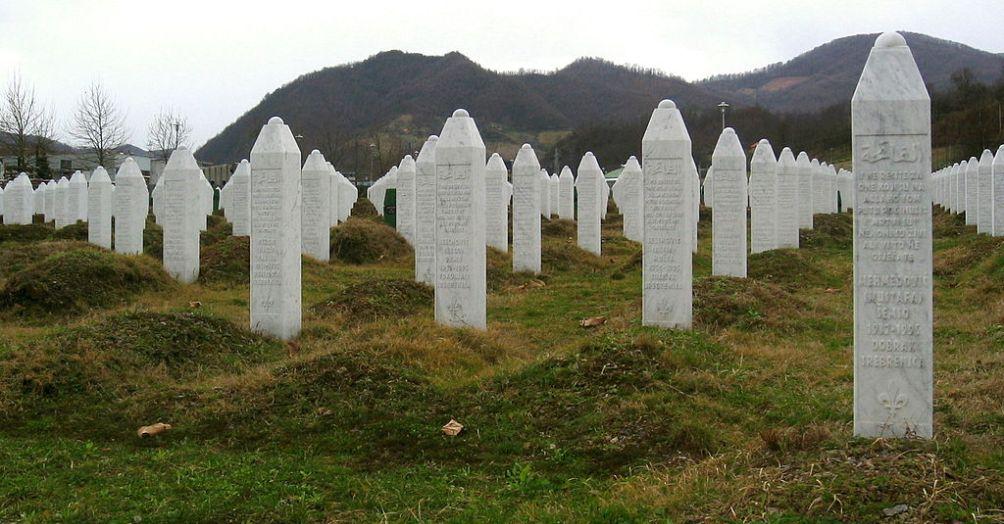 Grafstenen op het  Potočari genocide memorial vlakbij Srebrenica. (foto: Wikimedia)