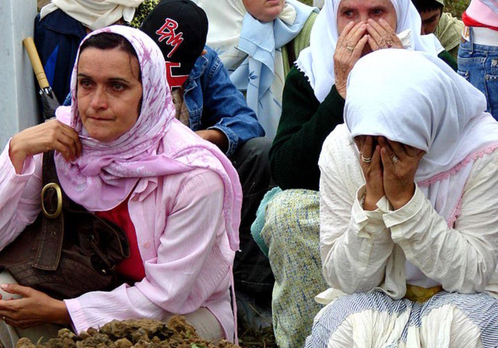 Vrouwen in Potocari bij de herdenking van de Val van Srebrenica. 11 juli 2007. (Foto: Wikimedia)