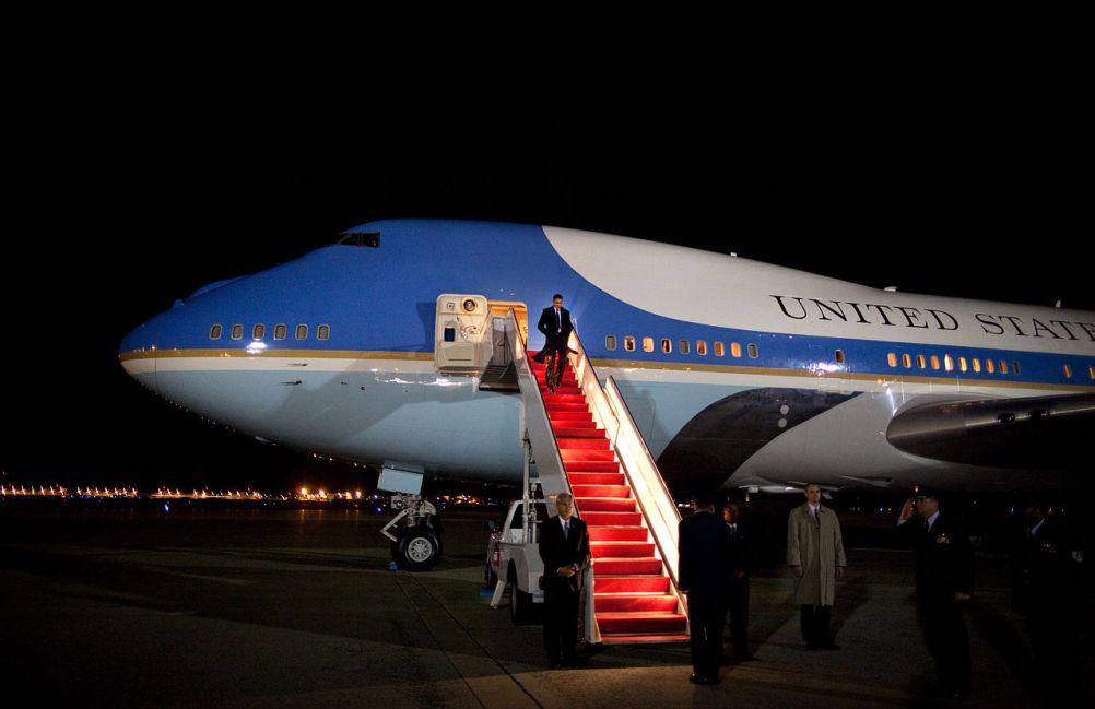 De rode loper ligt uit voor Barack Obama op de trap van zijn Air Force One. (Foto: Wikimedia)