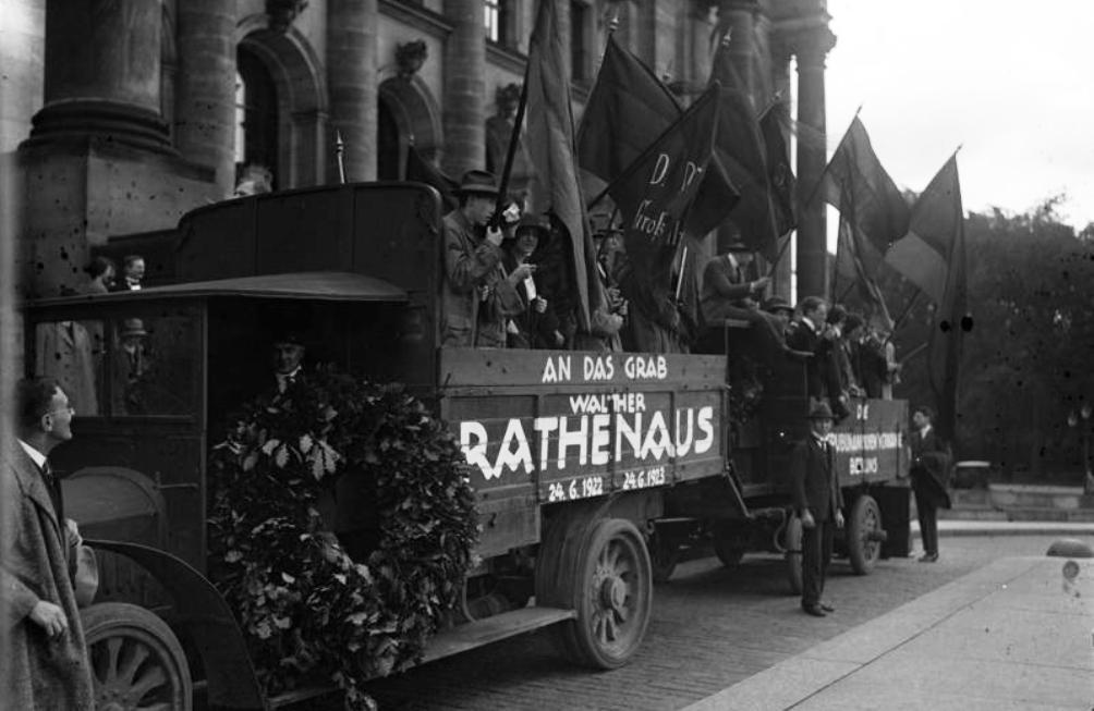 Republikeinse Jeugd op weg naar het graf Walter Rathenau, 1 juni 1923. (foto: Bundesarchiv)