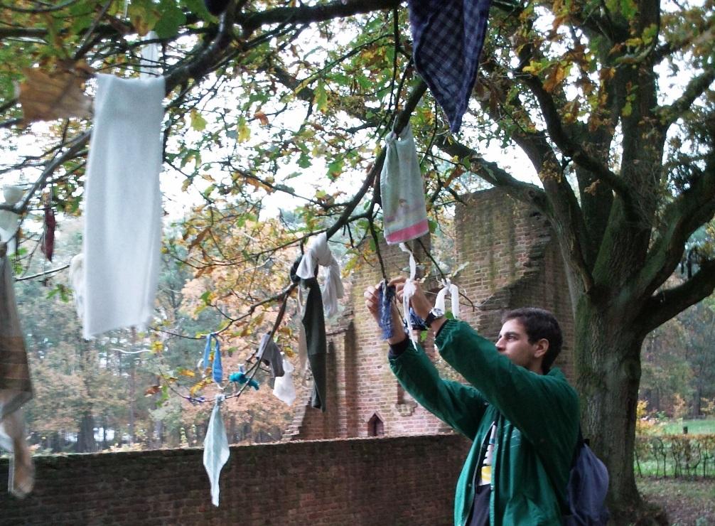 De koortsboom in de Achterhoek is een modern voorbeeld van een plaats waar religie en geneeskunst elkaar kruisen.