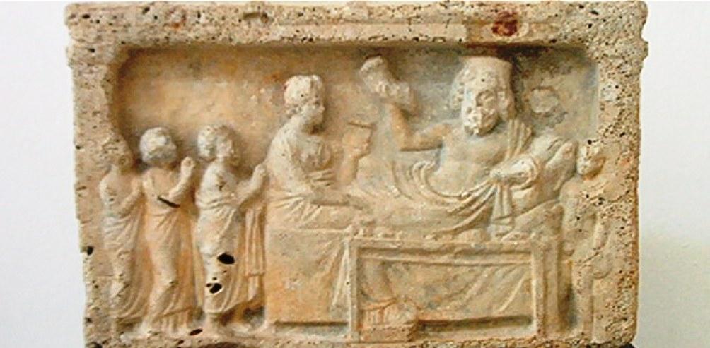 Foto: een ex-voto. Asklepios en zijn dochter Hygieia nemen offers in ontvangst. Dit reliëf is te zien in het Bardomuseum in Tunis (foto: Wikimedia/Pascal Radigue)