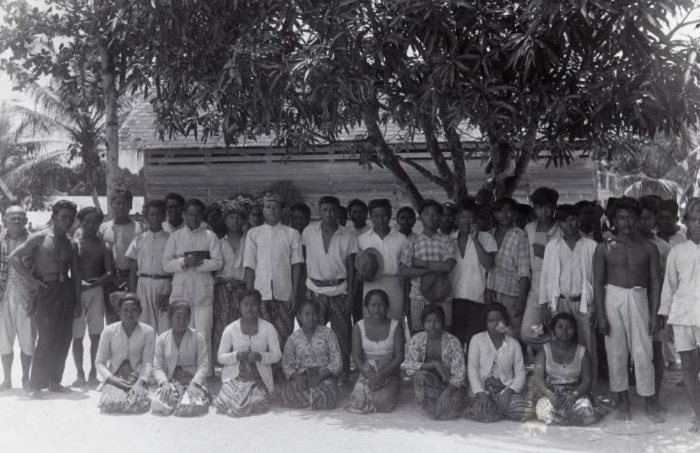 Groep Javaanse contractarbeiders in het koeliedepot, rond 1925. (foto collectie Tropenmuseum)