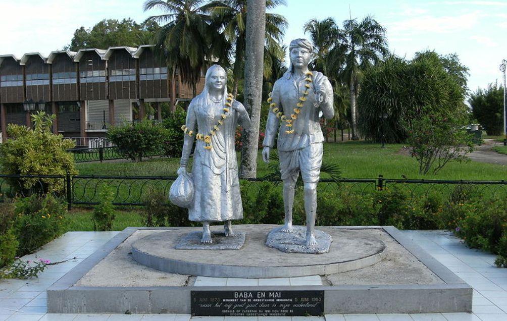 Foto: Monument van Baba en Mai (Papa en Mama) op het voormalige terrein van het koeliedepot, ter herinnering aan de Hindoestaanse immigratie.
