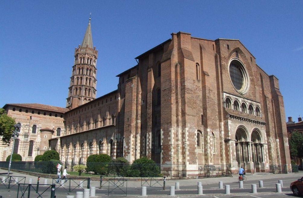 De basiliek van Saint Sernin in Toulouse werd uitgebreid om plaats te bieden aan de grote hoeveelheid pelgrims onderweg naar Santiago de Compostella. (foto: Wikimedia)