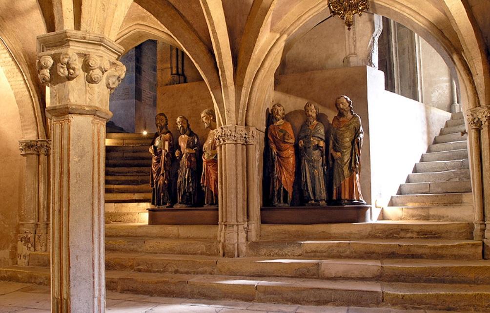 Foto: De crypte onder het altaar van de Saint-Sernin die nog eens extra ruimte biedt aan pelgrims (afbeelding: Wikimedia/Eric Pouhier)