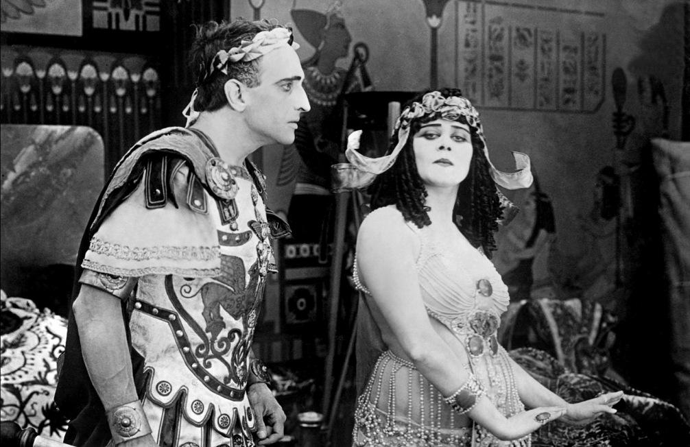 Fragment uit een Amerikaanse film uit 1917 over Caesar en Cleopatra. (foto: Wikimedia)