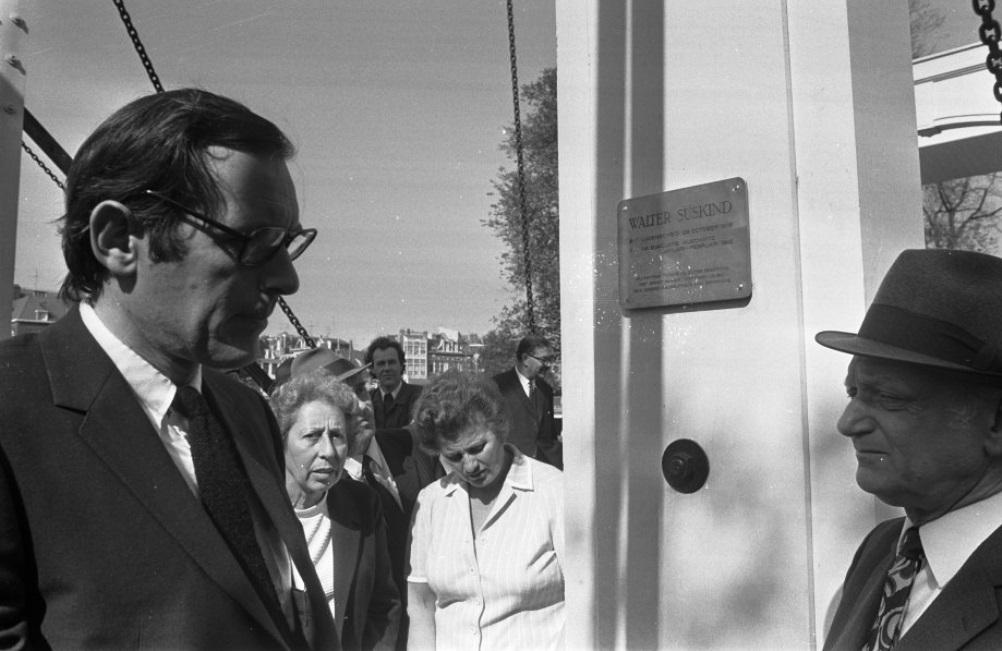 Plaquette onthuld ter nagedachtenis van Walter Suskind nieuwe houten brug over Nieuwe Herengracht te A'dam, Lammers met broer Suskind, 30 augustus 1972. (Foto: Nationaal Archief)