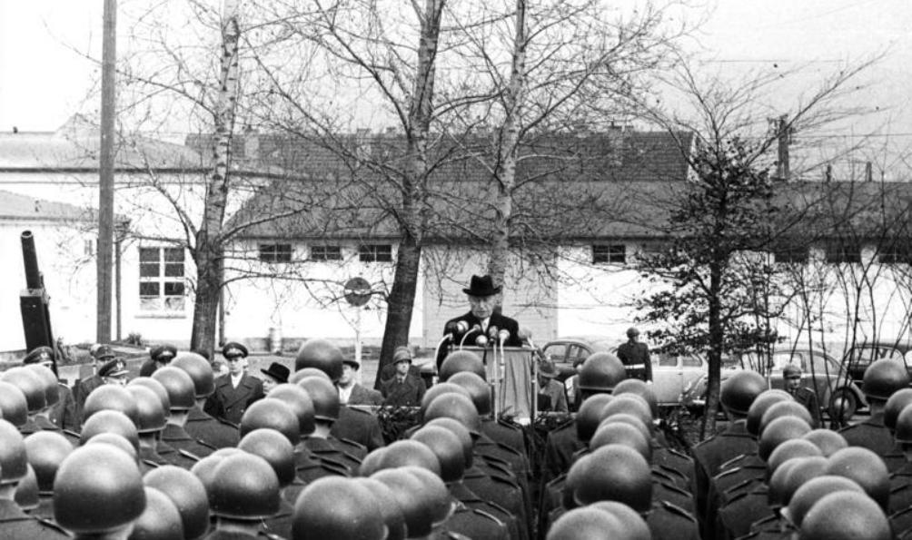 Bondskanselier Konrad Adenauer bij de Bundeswehr-legergroepen in 1956. (foto: Bundesarchiv)