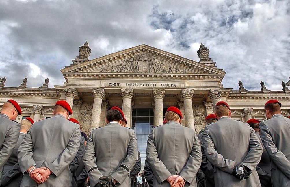 Bundeswehrsoldaten voor de Rijksdag in Berlijn (foto: Wikimedia)