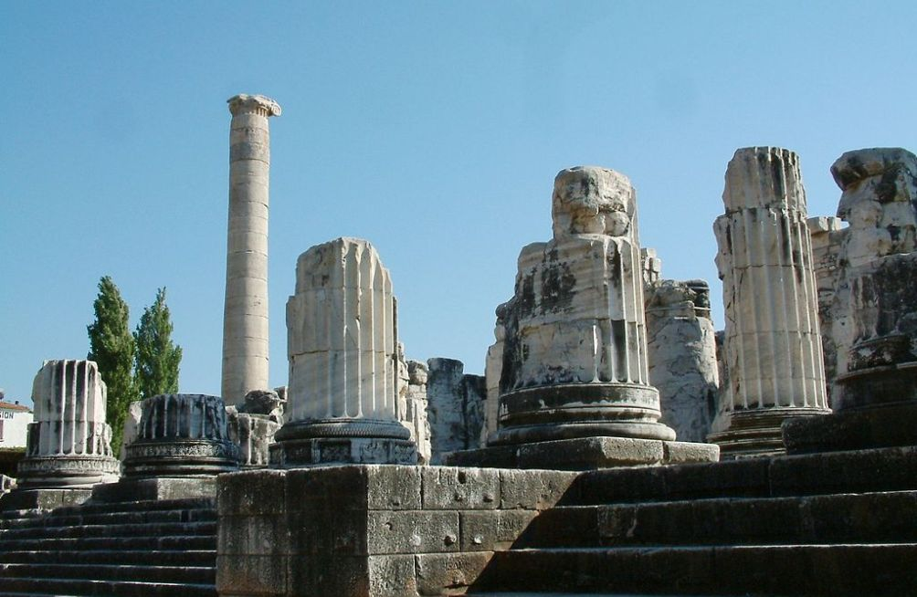 Resten van het Didymaion in Didyma in het huidige Turkije; een Grieks heiligdom en een bekende orakelplaats van de god Apollon. (foto: Wikimedia)