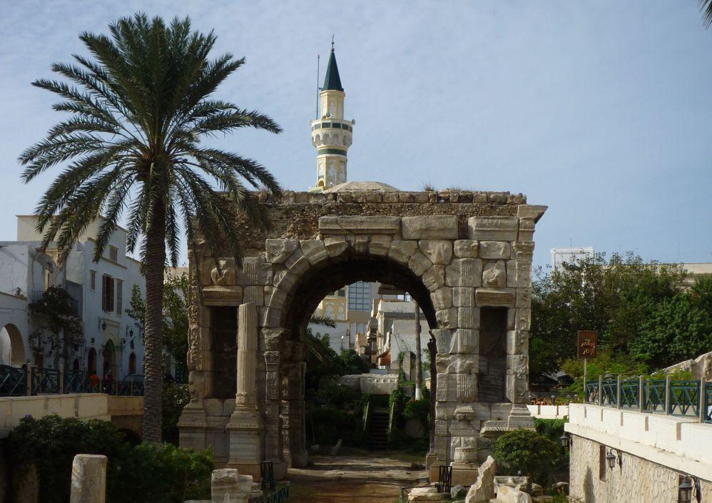 Midden in Tripoli herinnert de triomfboog van keizer Marcus Aurelius nog aan het oud-Romeinse verleden van de plaats (foto: Wikimedia)
