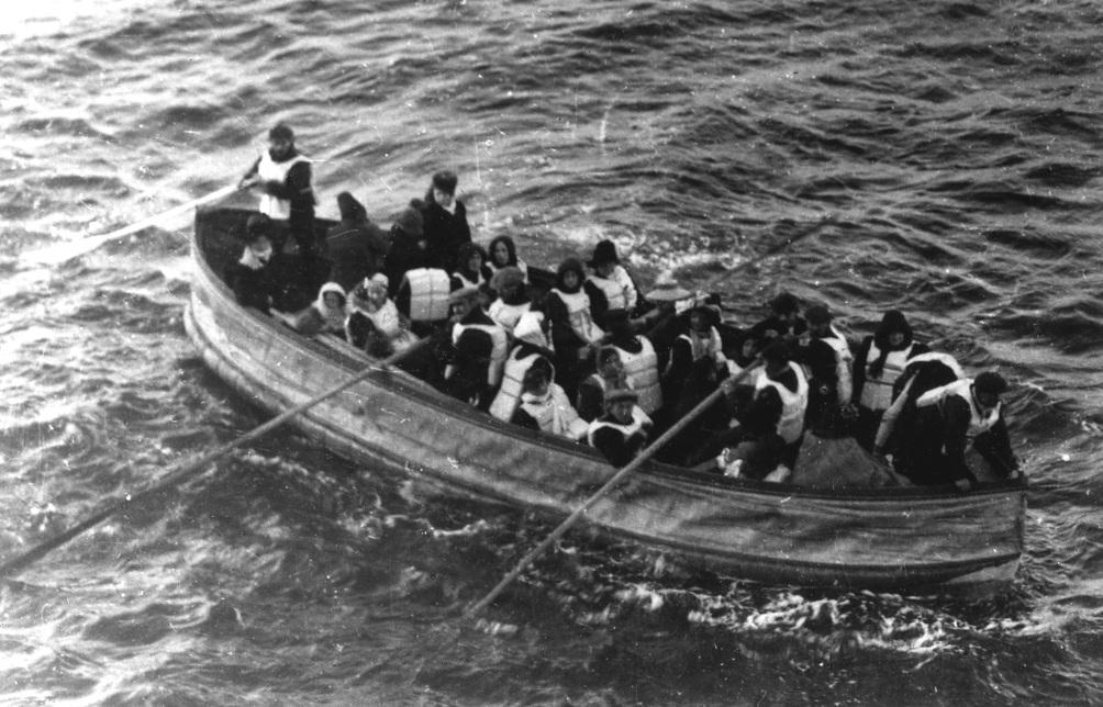 Een van de reddingssloepen met overlevenden, gefotografeerd door een passagier van de Carpathia (foto: Wikimedia)