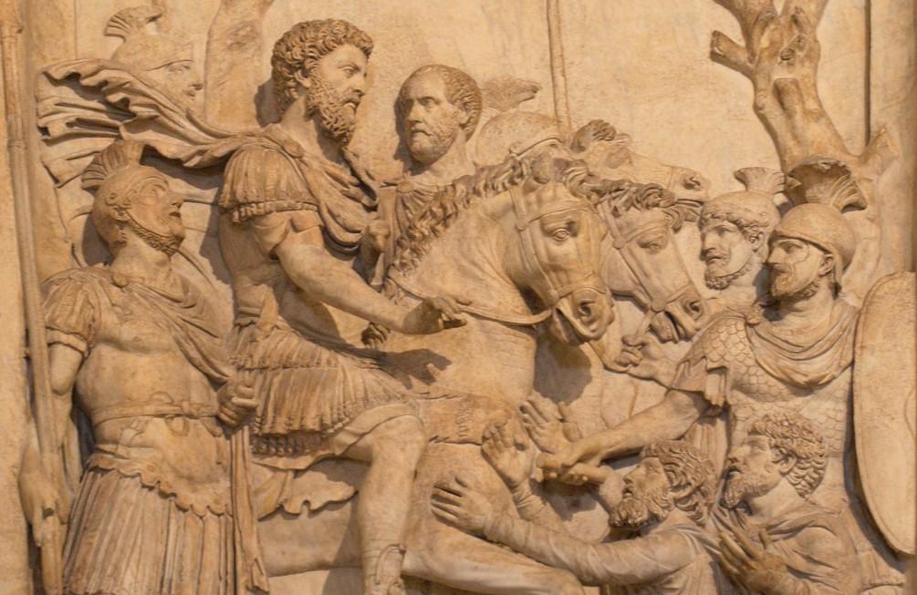 Marcus Aurelius toont genade aan de overwonnen Germaanse stammen. Reliëf van de Boog van Marcus Aurelius, te zien in de Capitoleinse Musea. (foto: Wikimedia)