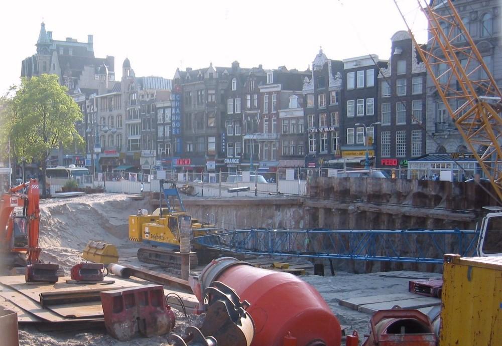 Impressie van de werkzaamheden voor de Noord-Zuidlijn aan het Damrak, ter hoogte van de Nieuwe Brug. Foto: Wikimedia