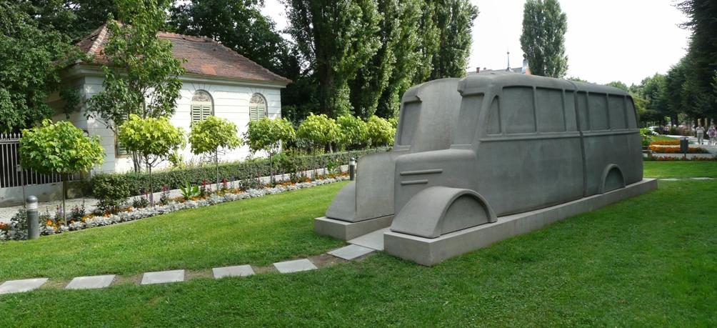 'Denkmal der Grauen Busse' (Monument van de Grijze Bussen). Dit momument herdenkt de slachtoffers van  Hitler's Euthanasie Programma. Eén bus staat permanent voor de deur van het psychiatrische ziekenhuis 'Die Weissenau' in Ravensburg. Een tweede bus verplaatst zich dwars door heel Duitsland heen (Foto's: Wikimedia)