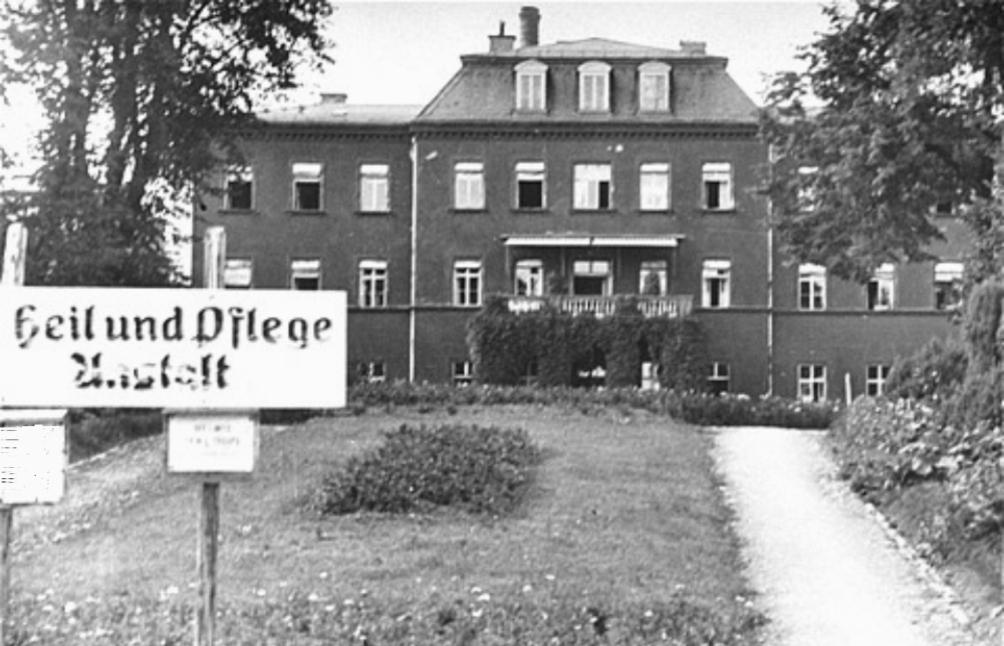 'Heil und Pflegeanstalt' in Kaufbeuren, een stad in het zuiden van Beieren. Dit was één van de speciale tehuizen waar gehandicapten aangemeld konden worden. Het laatste kind dat hier werd vermoord onder Aktion T4 was Richard Jenne, op 29 mei 1945, drie weken nadat het Amerikaanse leger het stadje had ingenomen (Foto: Wikimedia)