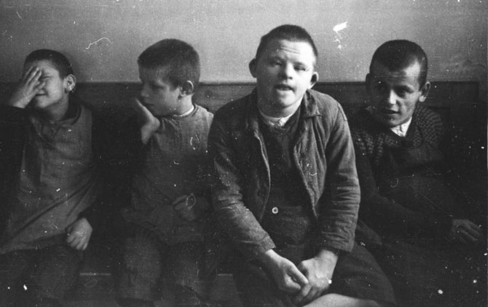 Jongetjes met het Syndroom van Down in het Schönbrunn psychiatrisch ziekenhuis in 1934. De foto is genomen door SS fotograaf Franz Bauer (Foto: Wikimedia/Bundesarchiv)