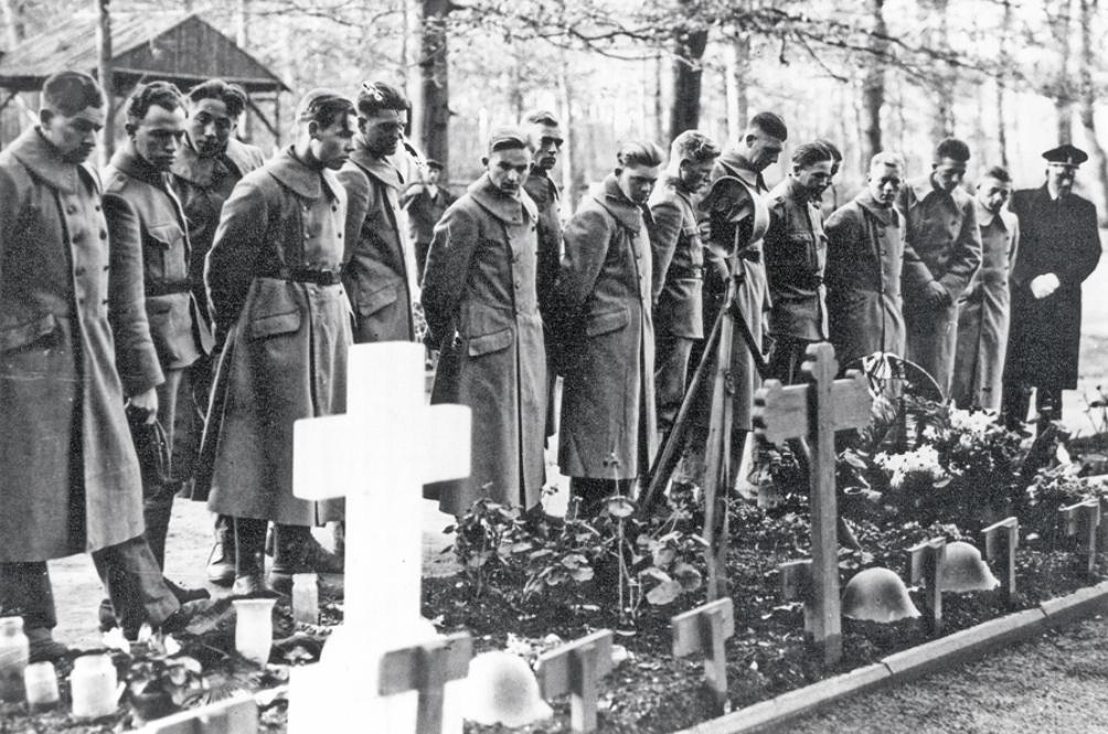 Nederlandse oud-strijders herdenken hun gevallen kameraden op de Grebbeberg - 2 november 1940. (Foto: Stichting Greb)
