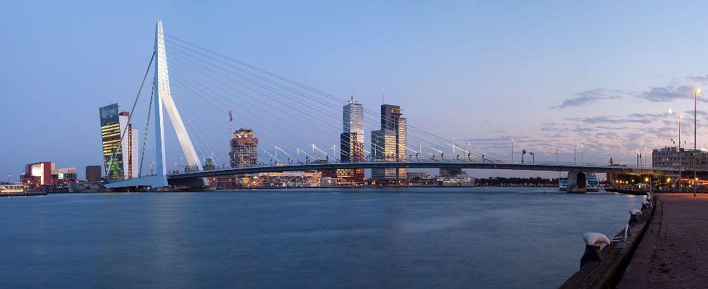 Een panorama van de Erasmusbrug en de Maas in Rotterdam.