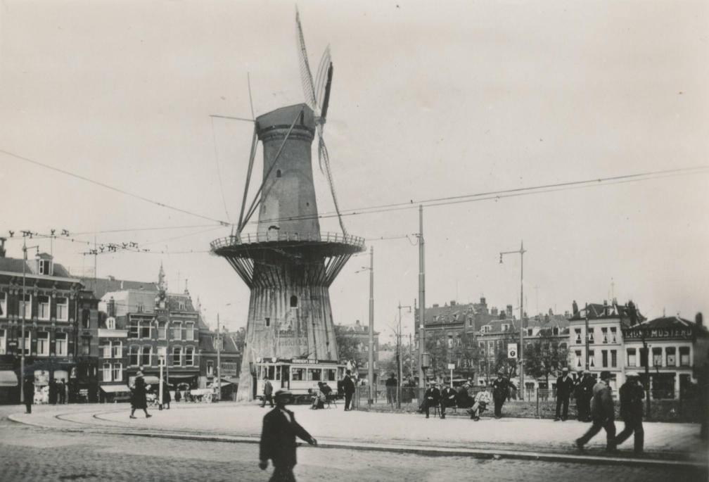Blik op oud Rotterdam: het Oostplein met de molen