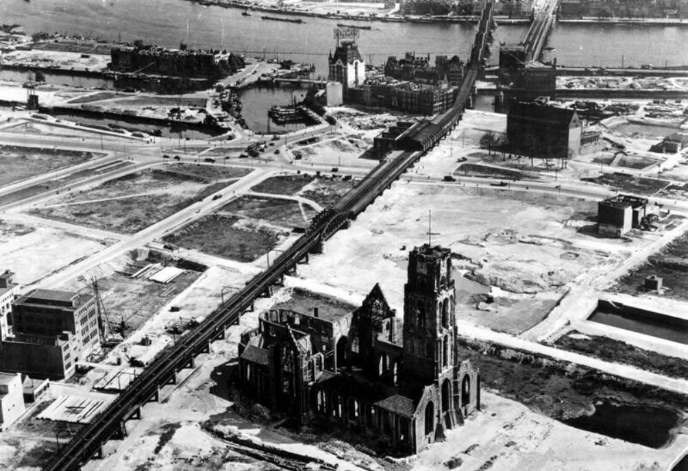 Rotterdam na het bombardement op 14 mei 1940. Het Witte Huis en de Laurenskerk staan nog overeind. (Foto: gemeentearchief Rotterdam)