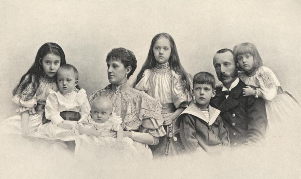 De aartshertog en hertogin in 1896 met rechts vooraan Albrecht en links vooraan Willem. (foto wikimedia)