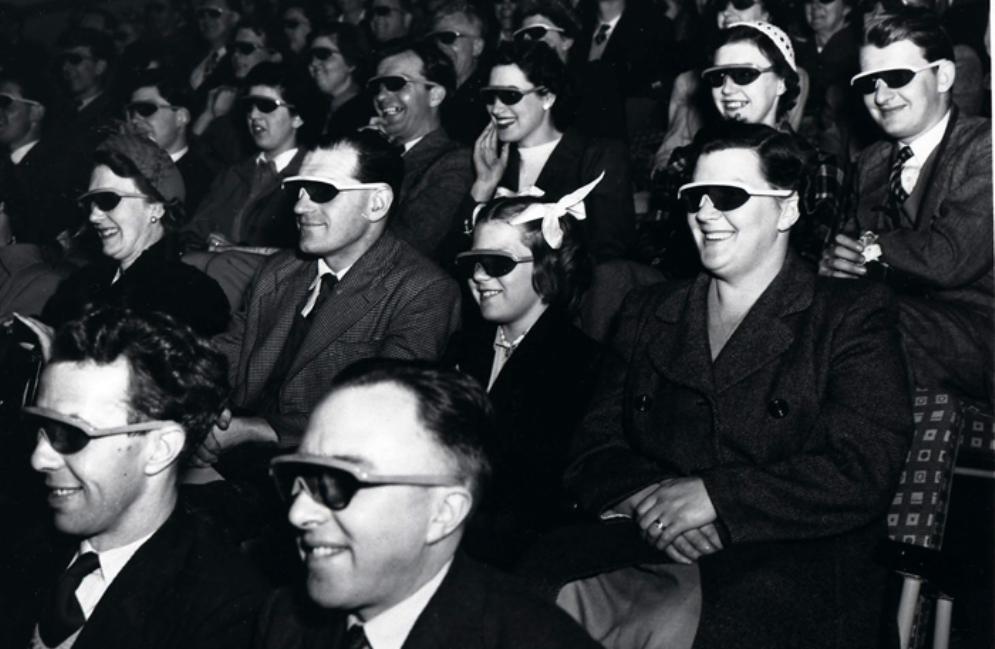 De 3D-rage bleef niet beperkt tot de Verenigde Staten alleen. Ook in Europa trok deze noviteit volle zalen Dit zijn Britse bioscoopbezoekers tijdens een Londens filmfestival op 11 mei 1951. (foto: Flickr Commons, The National Archives (UK))