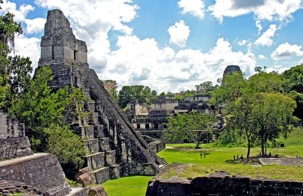 Een bekend beeld: de piramides in Tikal zijn typerend voor de bouwstijl van de oude Maya's. (Foto: Wikimedia)