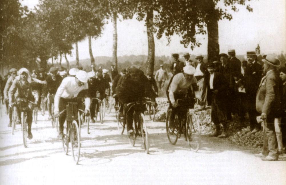 """De eerste kilometers van de eerste Tour de France, 1903. Uit: """"Tour de France 1903-2003"""",(foto: Wikimedia)"""