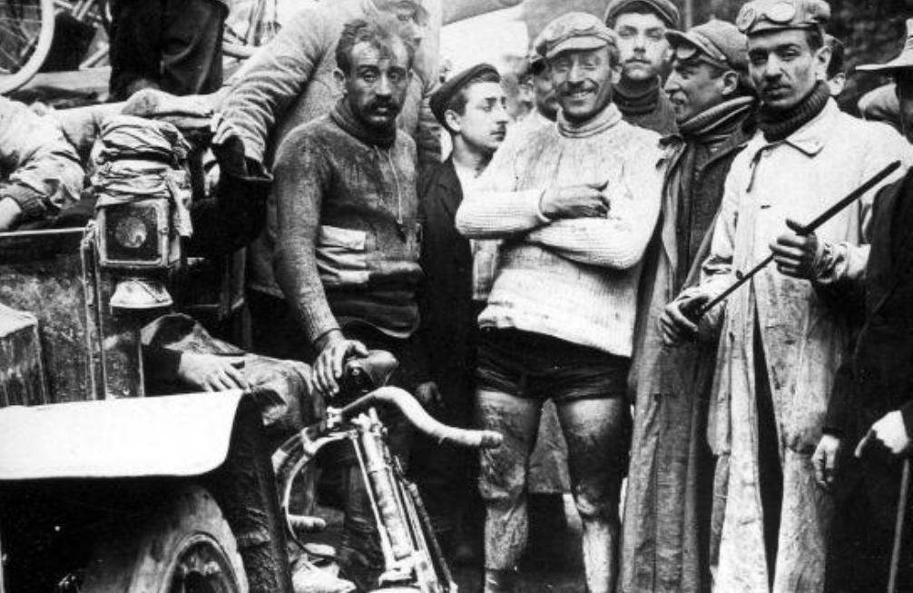 Finish van de eerste Tour de France. Rechts winnaar Marice Garin. De renner links naast hem is waarschijnlijk Leon Georget. Parijs, juli 1903. Tour de France 1903. (foto: Wikimedia)