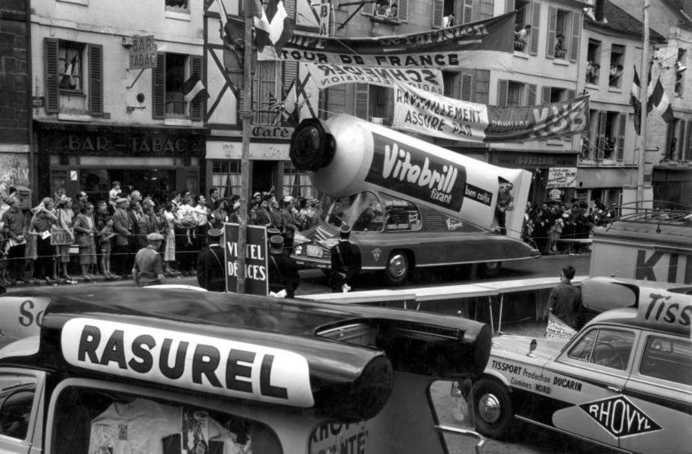 Toeschouwers bekijken de tourkaravaan met reclamewagens tijdens de Tour de France van 1958. (foto: Spaarnestad Photo / Henk Blansjaar)