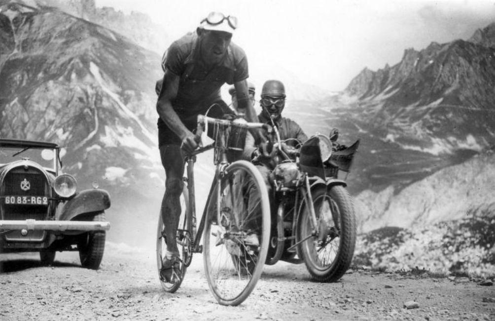 De Spanjaard Federico Ezquerra die als eerste over de top van de Télégraphe en de Galibier ging in deze etappe. Tour de France 1934. (foto: Spaarnestad Photo)