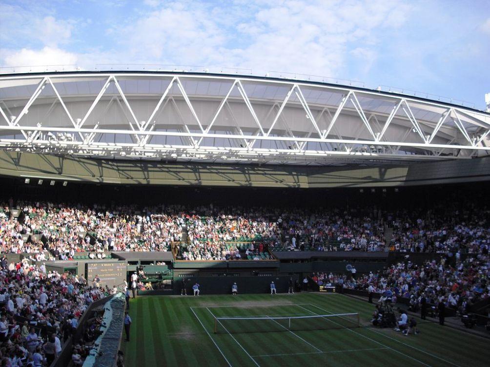 Het Centre Court van Wimbledon in 2009 met het nieuwe dak.