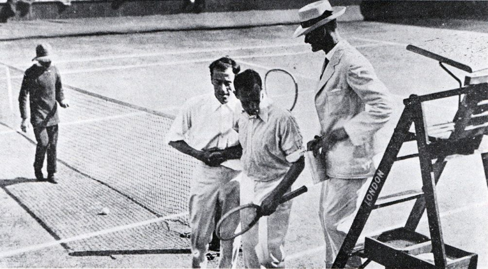 Wimbledon finale in 1914 Brooks vs Wildingmet links een ballenjongen. (foto: Wikimedia)
