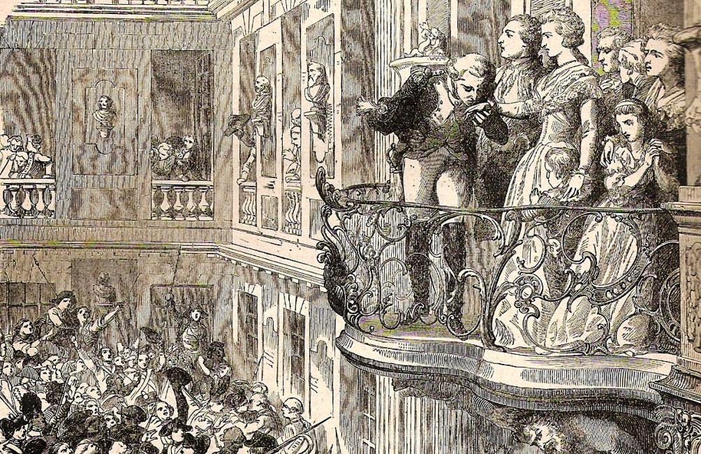 Marie Antoinette toont zich samen met haar familie aan een woedende menigte die het paleis in Versailles binnengedrongen is. Haar hand wordt gekust door Markies Lafayette, het hoofd van de Nationale Garde. Hij was verantwoordelijk voor de veiligheid van de koninklijke familie. (foto:Wikimedia)