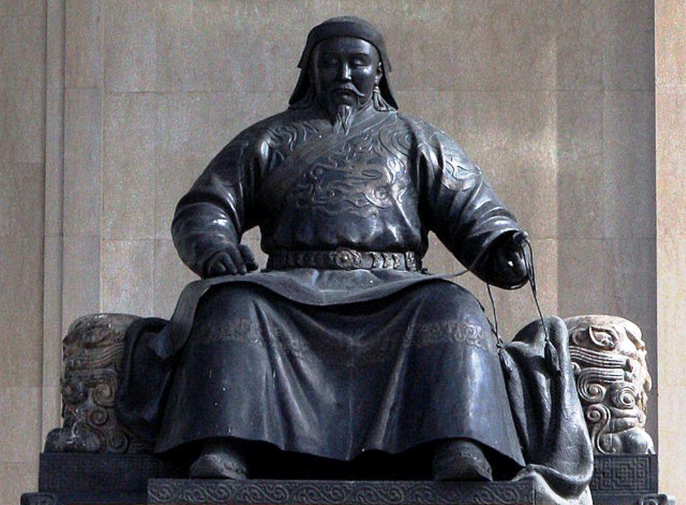 Standbeeld van Kublai Khan op het Sükhbaatar Square, Ulan Bator, Mongolië.